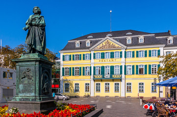 Bonn - alte Post mit Beethovendenkmal