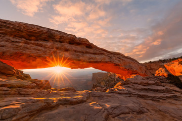 Foto op Plexiglas Bruin Sunrise at Mesa Arch Canyonlands N.P.