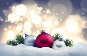 Weihnachtskugeln im Schnee mit Lichterglanz