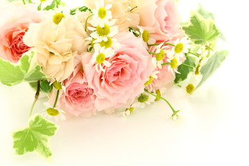 薔薇とカモミールのフラワーアレンジメント