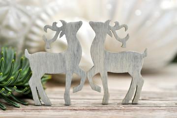 Zwei kleine Hirsche aus Holz