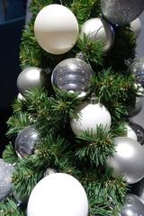 Weihnachtskugeln am Tannenzweig