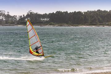 Windsurefista navegando a gran velocidad
