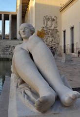 Femme allongée en pierre. Sculpture en pierre blanche.