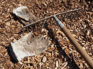 Gartenarbeit mit Holzschnitzeln