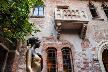 Statue of Juliet, with balcony in the background. Verona, Italy.