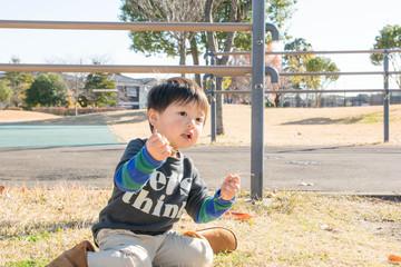 公園で座る男の子