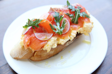 Scrambled eggs with smoked salmon and whole wheat toast
