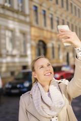 frau macht ein selfie in der stadt