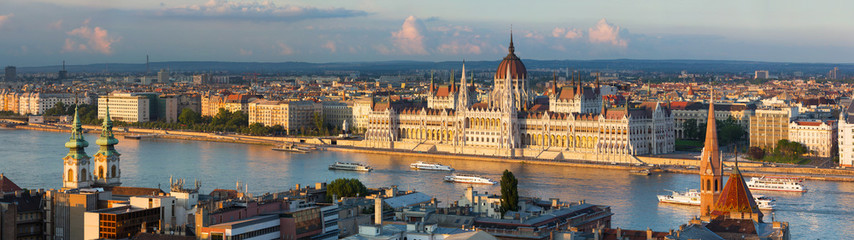 Tuinposter Boedapest Budapest parliament in the sunset lights
