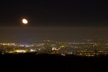 Lever de Lune sur la ville de Dijon un soir d'automne