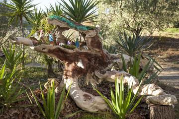 Presepe natalizio allestito all'interno di un tronco d'albero