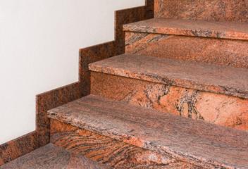 Treppe aus marmoriertem Granit im Halbprofil mit Fußleiste