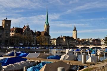Rathausbrücke am Fluss Limmat, mit Fraumünster und Peterskirche in Zürich, Schweiz