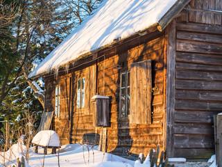 Stara drewniana chata w górach zasypana śniegiem