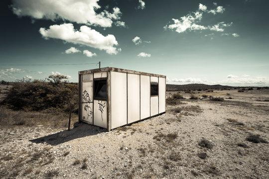 cabane de chantier abandonnée dans la garrigue