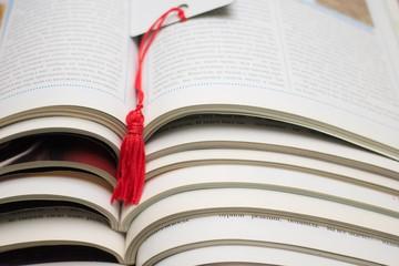 Стопка открытых журналов для чтения