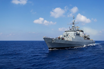 Kriegsschiff in Fahrt 2