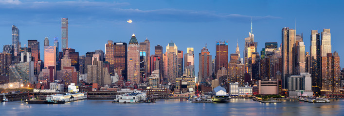 Fotomurales - Midtown West Manhattan skyscrapers over the Hudson River. Panoramic view in early evening with moonrise and New York City skyline