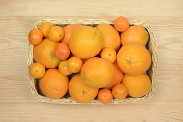 Cesta con naranjas y mandarinas