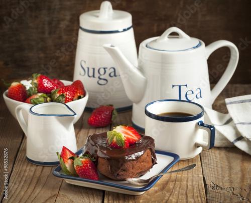 Пироженое с клюбникой и с чаем  № 2153797 бесплатно