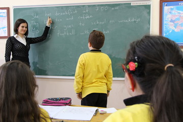 The turkish teacher tells the students english lesson in the class.
