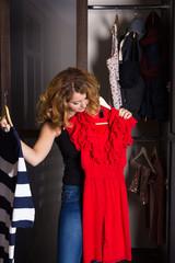 junge Frau bei der Kleiderwahl