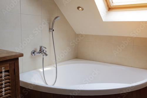 baignoire de coin salle de bain photo libre de droits. Black Bedroom Furniture Sets. Home Design Ideas