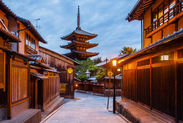 Spoed Fotobehang Kyoto Japanese pagoda and old house in Kyoto at twilight