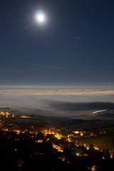 Lever de Lune sur la plaine de Saône, au dessus d'une mer de brouillard. Vue depuis le Mont Afrique et Corcelles les monts.