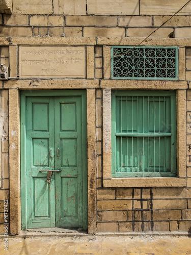 Porta e finestra chiuse di una casa di jaisalmer india del nord immagini e fotografie royalty - Costo di una porta finestra ...