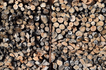 積まれた たきぎ/山形県の庄内地方で、薪ストーブ用の燃料に使用する為に積まれた たきぎを撮影した写真です。