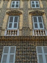 casa decorata con le illuminazione natalizie