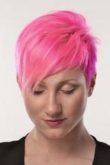 Retrato de una mujer estilo punk cabello rojo.
