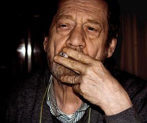 Tabagismo, uomo anziano che fuma