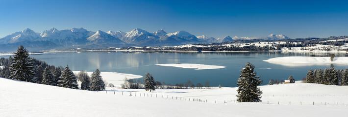 Wall Mural - Panorama Winterlandschaft in Bayern mit Berge der Alpen und Forggensee im Allgäu