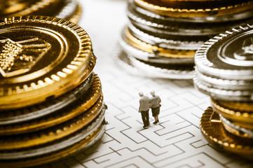 迷路を歩く高齢者の夫婦,お金の問題