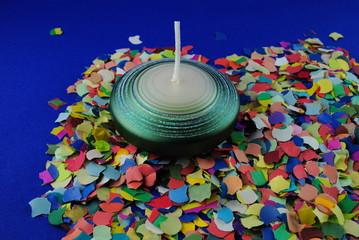 Faschingsdeko mit grüner Kerze