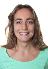 Passbild einer blonden Frau mit blauen Augen