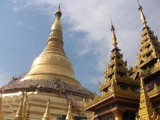 Shwedagon Pagoda, un grande stupa dorato in Birmania nel 2015