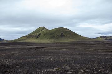 Paesaggio in Islanda, montagna verde nella nebbia