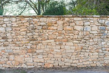 Rustikale Stein Mauer mit Gehweg Hintergrund Bäume