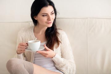 Frau beim Kaffee trinken und geniessen