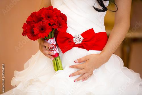 Невеста красное платье букет