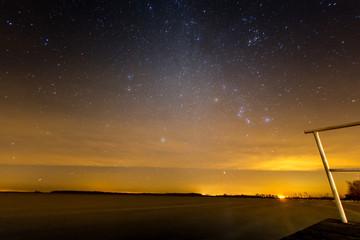 Sternenhimmel mit Milchstraße über dem See Müritz