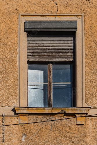 fenster mit rolladen aus holz renovierungsbed rftig altbau stockfotos und lizenzfreie bilder. Black Bedroom Furniture Sets. Home Design Ideas