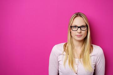frau mit brille vor rosa hintergrund