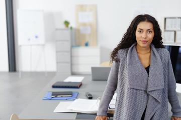 motivierte junge frau am arbeitsplatz