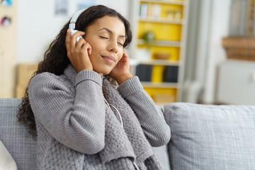 schöne frau hört musik mit geschlossenen augen