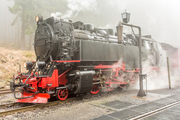 Dampflok beim Halt am Bahnhof Schierke
